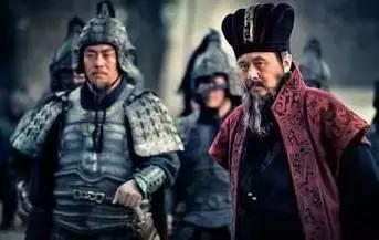 董卓拿他没招,曹操见他就跑,他是东汉末年最硬的骨头!