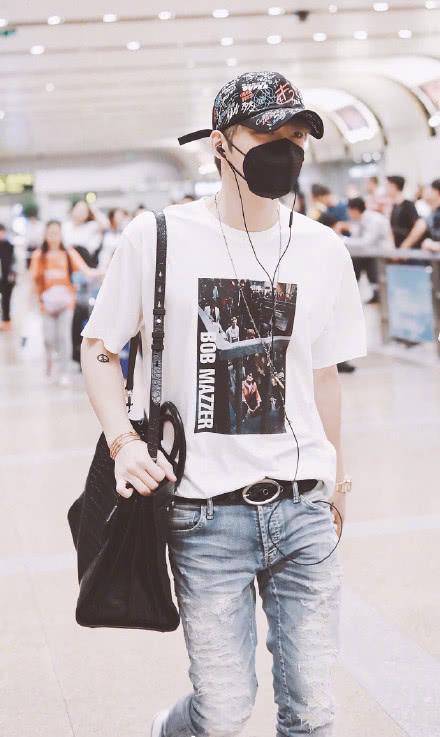 32岁金在中现身机场,花庚超减龄穿搭依然20岁!网友:韩庚在哪?
