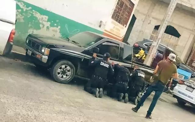 特警反向毒贩跪地求饶?这国毒贩装备超军队,政府都只能低声下气