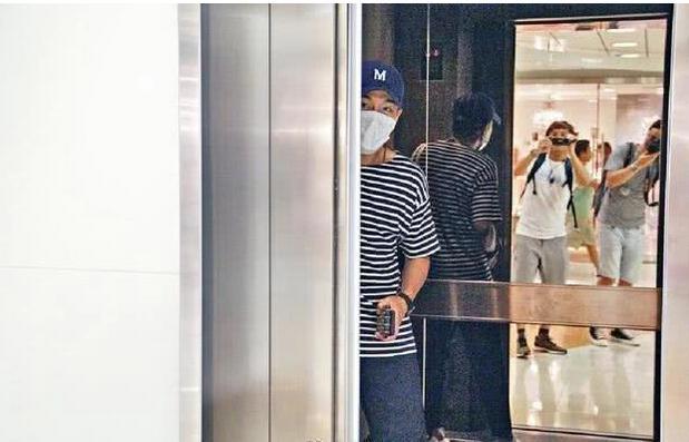 刘恺威离婚后首现身,只身一人逛购物中心,状态比前妻杨幂好太多