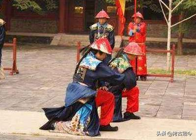 """清朝大臣跪拜皇帝,为啥先""""啪啪""""甩两下袖子,皇帝:越响越忠心"""