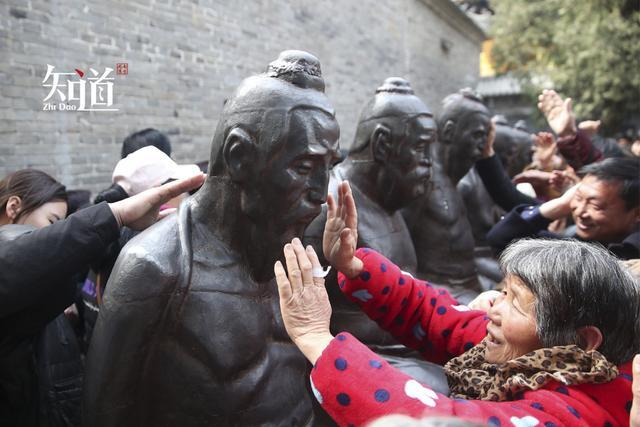 万人排队,只为打秦桧雕像?游客:打不到也要吐口口水