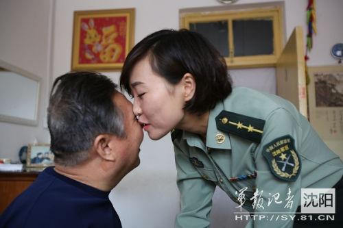 沈阳军区某船运大队军务股参谋朱婧婷每天清晨上班前都会与英雄父亲朱春权吻别 赵玉武 摄