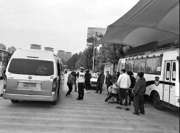 核载7人面包车挤了散漫白榆风20人 司机涉危险驾驶被刑拘_社会