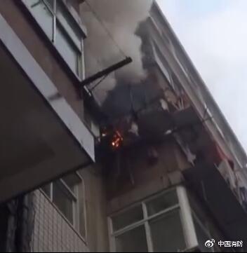 男子围观居民楼火灾还吐槽 结果发现烧的彪悍少年主题曲是自己家_社会