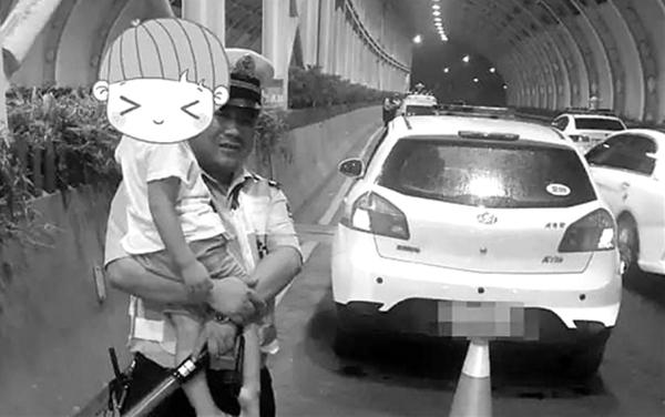 父亲酒驾被查5岁nbaqq空间代码男孩吓哭 辅警讲故事安慰疏导|孩子|辅警|男孩