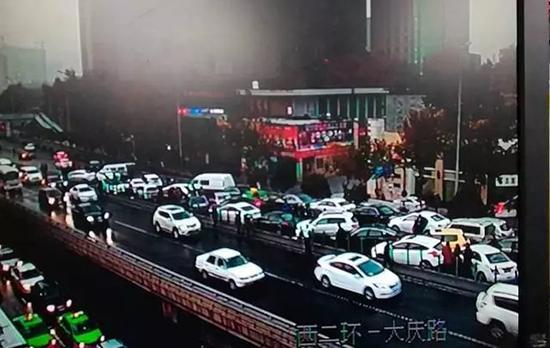 西安市政回应30多车追尾:道路洒水董小姐左立在线收听酷狗为城管部门进行|城管部门|洒水|追尾